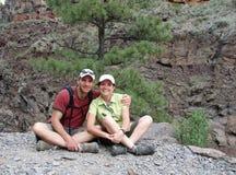 Paare, die eine Pause vom Wandern machen lizenzfreie stockfotografie