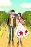 Paare, die in eine Weinkellerei gehen Lizenzfreies Stockbild