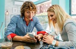 Paare, die einem Café beweglich betrachten lizenzfreie stockfotografie