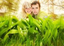 Paare, die in einem Gras sich verstecken Lizenzfreies Stockfoto