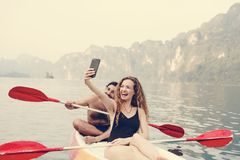 Paare, die in einem Kanu schaufeln lizenzfreie stockfotografie