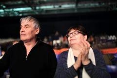 Paare, die an einem Konzert applaudieren Stockfoto