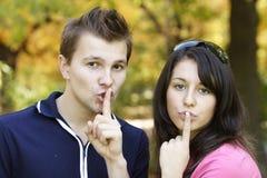 Paare, die in einem Park spielen Lizenzfreie Stockfotografie
