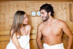 Paare, die in einem Saunabad sich entspannen Lizenzfreie Stockfotos