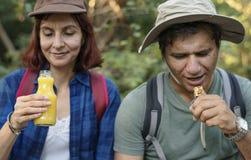 Paare, die einen Bruch vom Trekking haben stockfoto