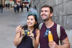 Paare, die einen Bruch während des Wochenendes genießen lizenzfreie stockfotografie