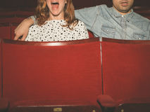 Paare, die einen Film in einem Kino aufpassen Stockfotos