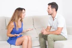 Paare, die einen Kampf haben Stockbilder