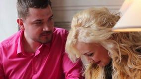 Paare, die einen Kuchen im Café essen stock footage