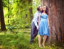 Paare, die einen offenen romantischen Kuss im Freien haben Stockbilder