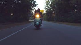Paare, die einen Roller reiten stock video footage