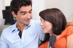 Paare, die einen unerwarteten Anruf entgegennehmen Lizenzfreie Stockbilder