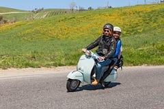Paare, die einen Weinleseroller reiten Lizenzfreie Stockfotografie