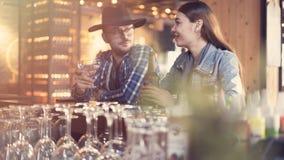 Paare, die in einer Bar etwas trinken Lizenzfreie Stockfotos