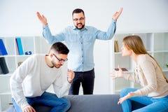 Paare, die in einer Eheberatung argumentieren Stockbild