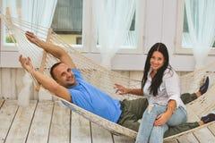 Paare, die in einer Hängematte sich entspannen Stockfoto