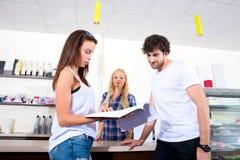Paare, die in einer Kaffeestube bestellen Lizenzfreie Stockbilder