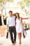 Paare, die Einkaufen-Reise genießen lizenzfreie stockbilder