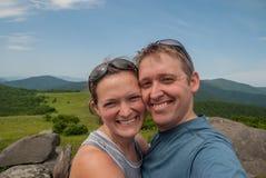 Paare, die entlang an den Halt für ein Selfie wandern Stockfotografie