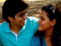 Paare, die entlang einander anstarren Lizenzfreie Stockfotografie