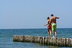 Paare, die entlang einen Pier gehen Lizenzfreies Stockfoto