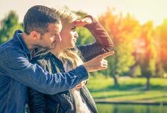 Paare, die etwas betrachten Stockfoto