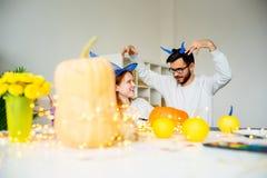 Paare, die für Halloween sich vorbereiten stockfotografie