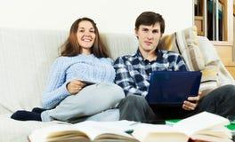 Paare, die für Prüfungen sich vorbereiten Lizenzfreies Stockfoto