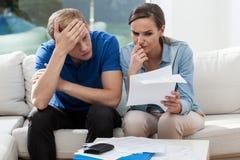 Paare, die Familienrechnungen analysieren Lizenzfreies Stockfoto