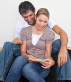 Paare, die Farbe beschließen, um zu malen Lizenzfreie Stockbilder