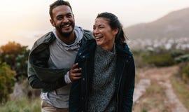 Paare, die Ferien in der Landschaft genießen stockfotografie