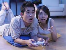 Paare, die Fernsehspiel spielen Stockfotografie