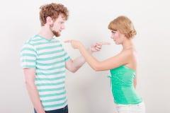 Paare, die Finger auf einander, Konflikt zeigen Stockbilder