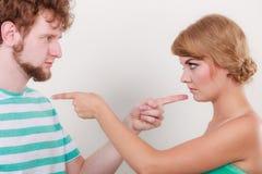 Paare, die Finger auf einander, Konflikt zeigen Lizenzfreies Stockbild