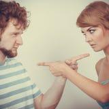 Paare, die Finger auf einander, Konflikt zeigen Stockbild