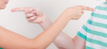 Paare, die Finger auf einander, Konflikt zeigen Stockfotografie