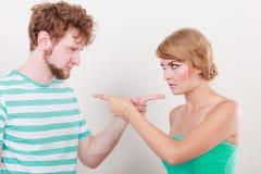 Paare, die Finger auf einander, Konflikt zeigen Lizenzfreie Stockfotos