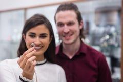 Paare, die Fingerring betrachten Lizenzfreie Stockfotos