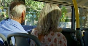 Paare, die Foto am Handy beim Reisen in Bus 4k machen stock footage
