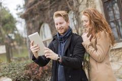Paare, die Foto mit Tablette machen Lizenzfreies Stockfoto