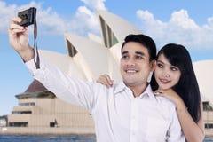 Paare, die Foto von selbst machen Lizenzfreie Stockfotos
