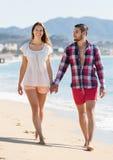 Paare, die Freizeit an der Küste verbringen Stockbild