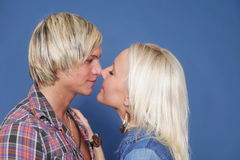 Paare, die Freizeitkleidungjunge umarmen Stockfoto