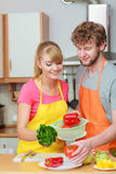 Paare, die Frischgemüselebensmittelsalat zubereiten Stockfotografie