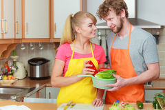 Paare, die Frischgemüselebensmittelsalat zubereiten Lizenzfreies Stockfoto