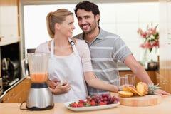 Paare, die Fruchtsaft machen Stockfoto
