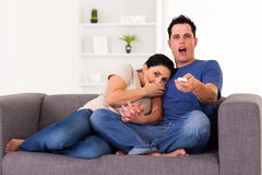 Paare, die furchtsamen Film überwachen Lizenzfreies Stockfoto