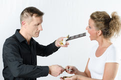 Paare, die Geld gegen Schokolade austauschen Stockfoto