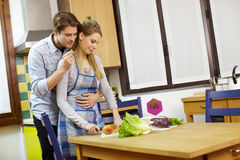 Paare, die Gemüse in der inländischen Küche kochen Lizenzfreie Stockfotos