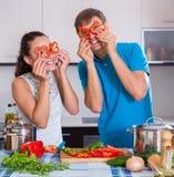 Paare, die Gemüse an der Küche kochen Stockfotos
